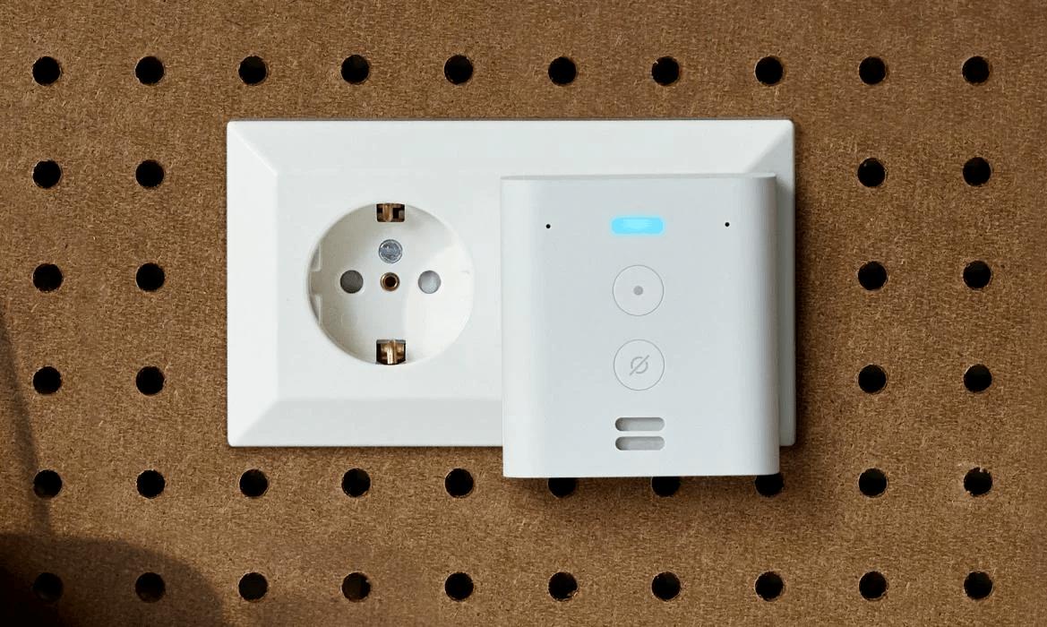 Echo Flex con enchufe integrado